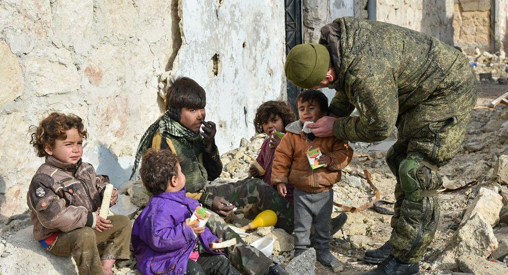 Militar russo ajuda crianças sírias em Aleppo