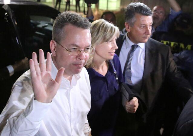 Pastor Andrew Brunson e sua esposa Norrine chegam ao aeroporto em Izmir