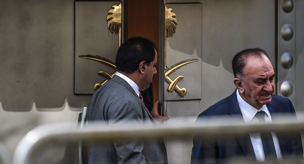 Um oficial saudita abre a porta do consulado da Arábia Saudita em Istambul durante uma manifestação pelo jornalista desaparecido Jamal Khashoggi.