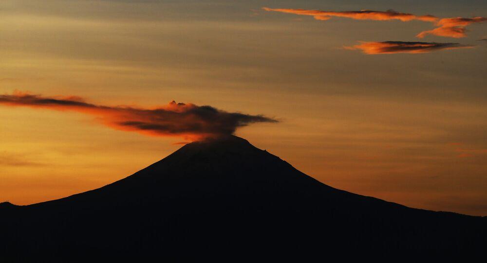 Fumaça se elevando em cima do vulcão Popocatepetl, no México