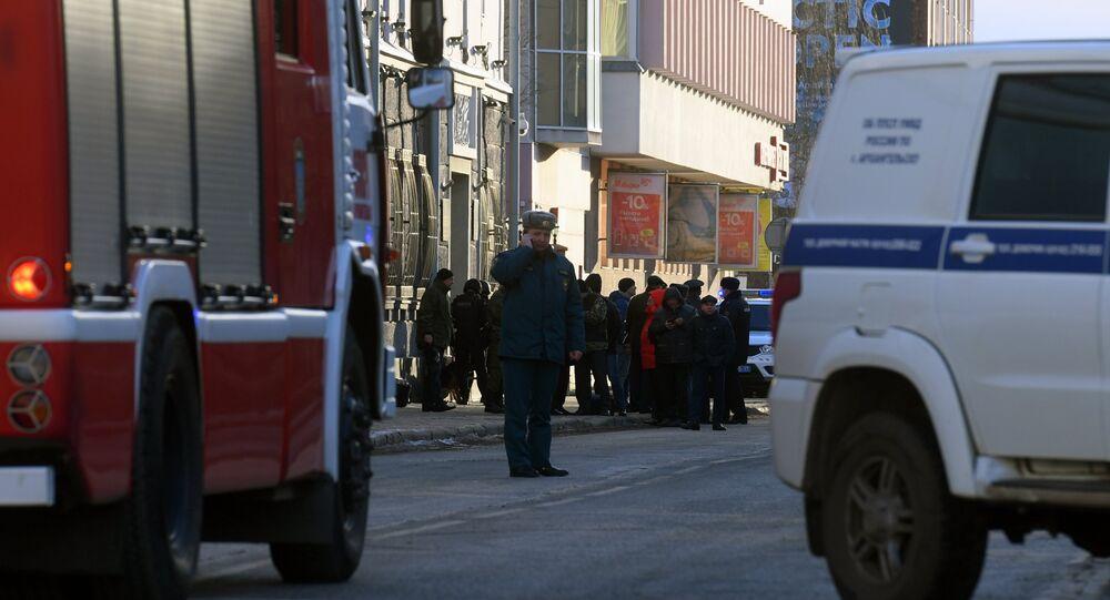 Funcionários da polícia e do Ministério para Situações de Emergência da Rússia na cidade russa de Arkhangelsk (arquivo)