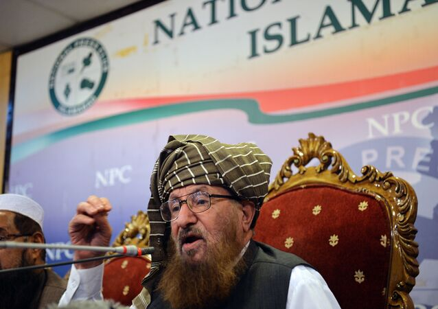 Maulana Sami ul-Haq, chefe da Defesa do Conselho do Paquistão, uma coalizão de cerca de 40 partidos religiosos e políticos, fala durante uma conferência de imprensa em Islamabad (arquivo)