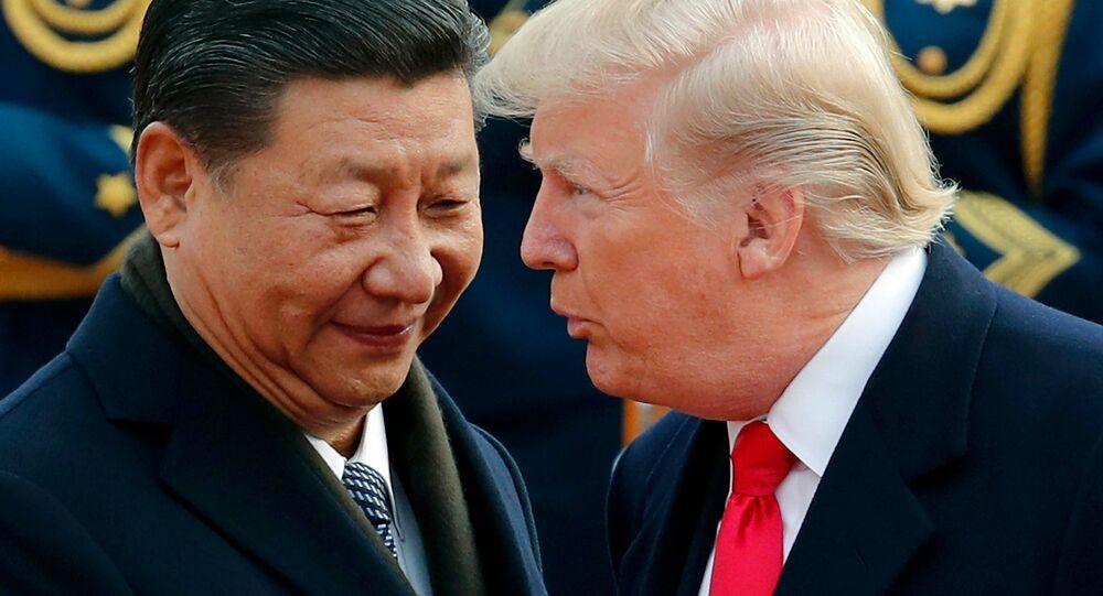 Presidente americano Donald Trump (à direita) e o presidente chinês Xi Jinping (à esquerda) durante encontro (foto de arquivo)