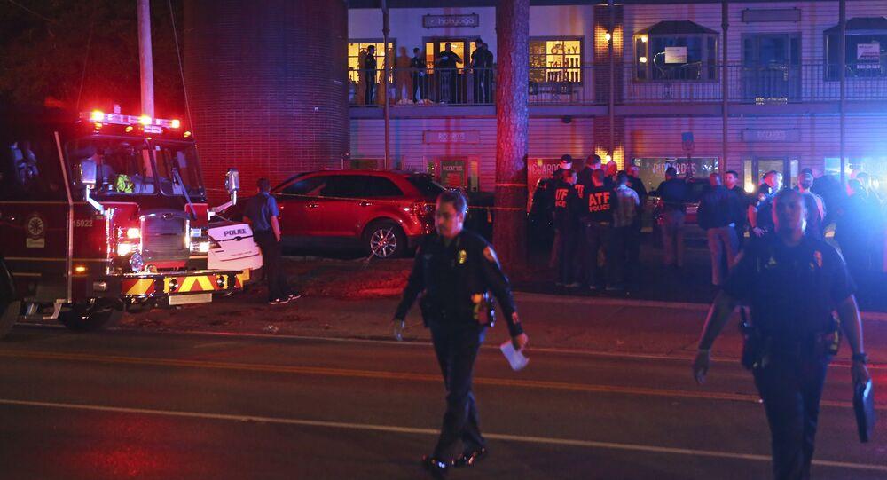 Investigadores da polícia dos EUA trabalham na cena de um tiroteio, em Tallahassee, na Flórida, 2 de novembro de 2018 (imagem referencial)