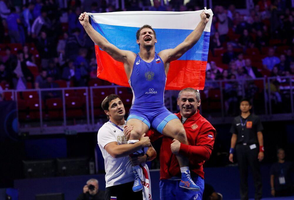 Lutador greco-romano Aleksandr Chekhirkin comemora sua vitória no Campeonato Mundial de Wrestling na Hungria, 28 de outubro de 2018