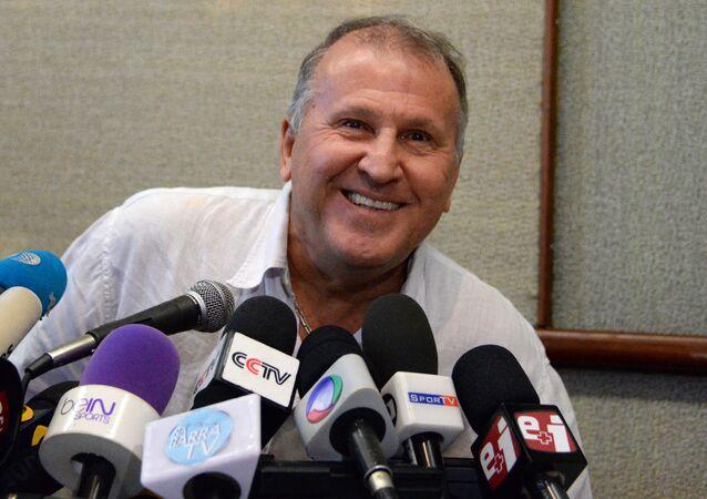 Zico confirmou sua intenção de concorrer à presidência da Fifa