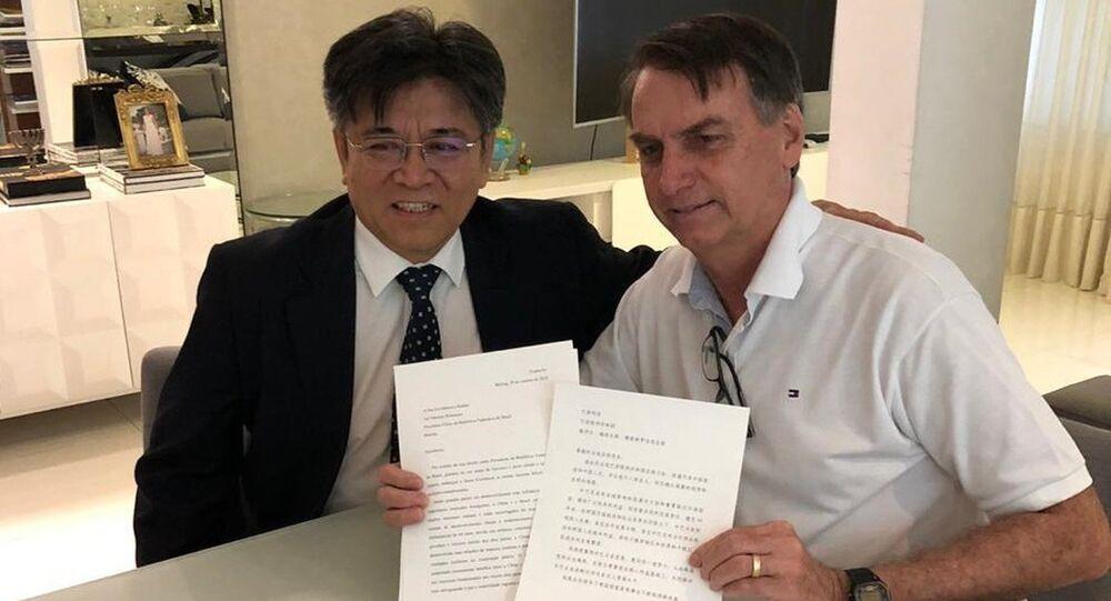 O embaixador da China no Brasil, Li Jinzhang (à esquerda) e o presidente eleito do Brasil, Jair Bolsonaro (à direita).