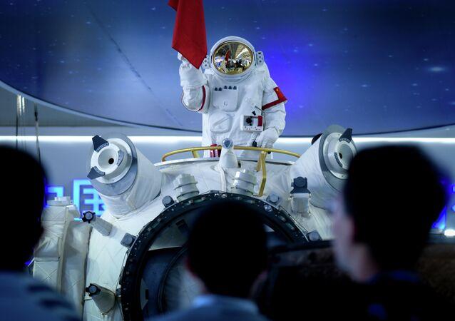 Manequim de astronauta no topo da réplica parcial da estação espacial chinesa no salão aeroespacial Airshow China 2018