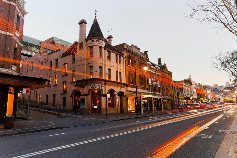 O Russell Hotel em Sydney, Austrália, antes serviu de hospital e depois de albergue para antigos marinheiros. Dizem que no prédio habita o fantasma de um lobo do mar que às vezes entra nos quartos.