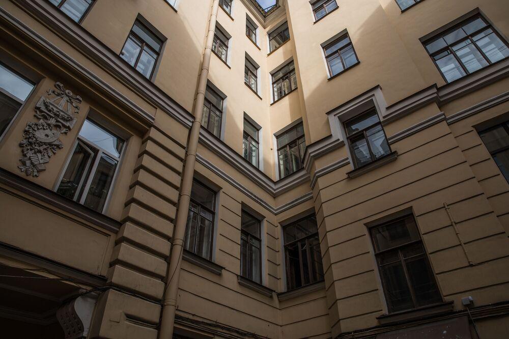 A sinistra casa 64 da rua Gorokhovaya fica em São Petersburgo e é conhecida por ter abrigado no século passado o místico russo Grigory Rasputin, próximo da família do czar russo, Nicolau II.