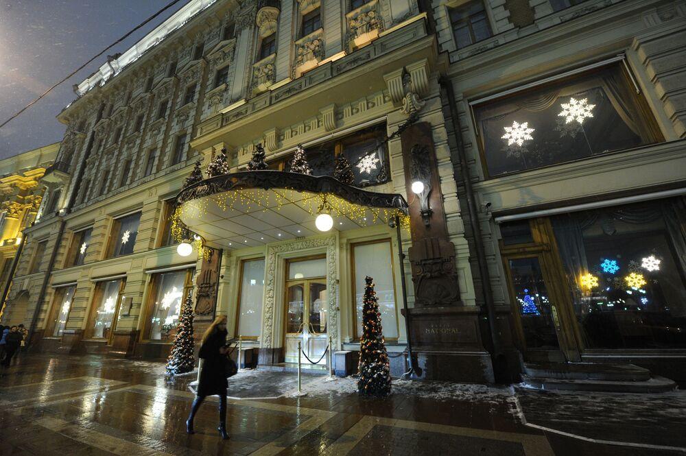 O Hotel National em Moscou continua sendo um dos mais luxuosos na capital russa. Na época soviética, no hotel morou por um tempo Vladimir Lenin. Segundo os guias, os funcionários do hotel veem com frequência um homem careca bebendo chá e ligando e desligando a luz.