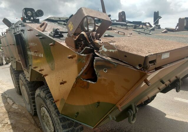 Caminhão blindado do Exército brasileiro se envolve em acidente no Rio de Janeiro.