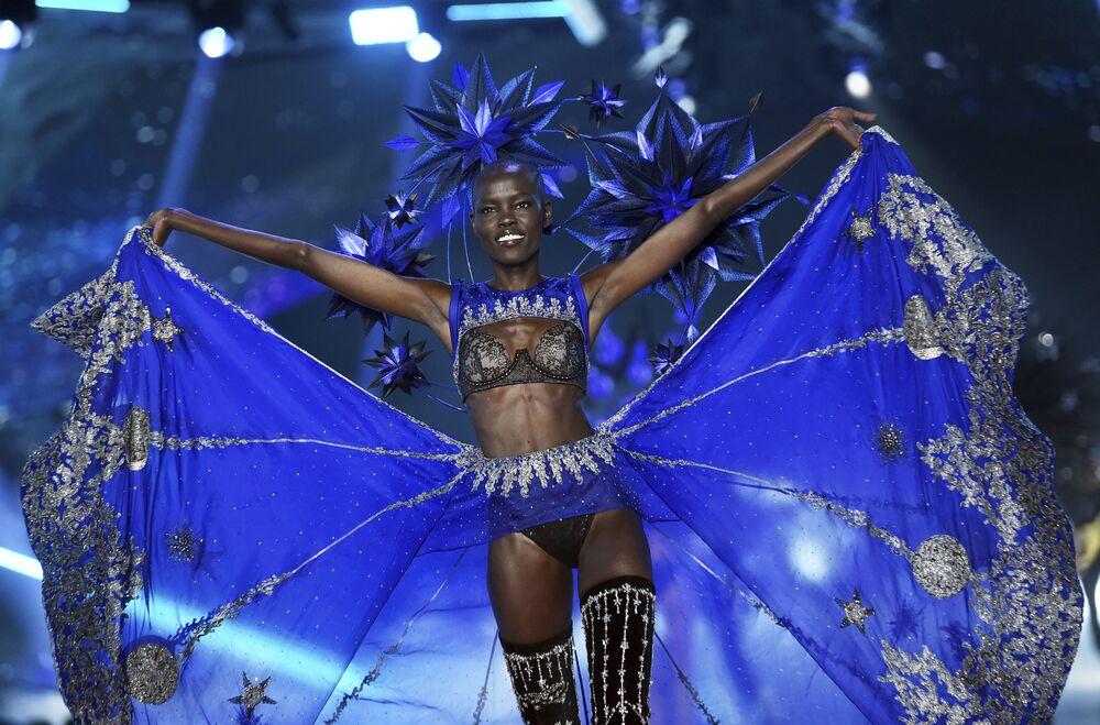 Modelo sul-sudanesa Grace Bol desfilando para a Victoria's Secret em Nova York