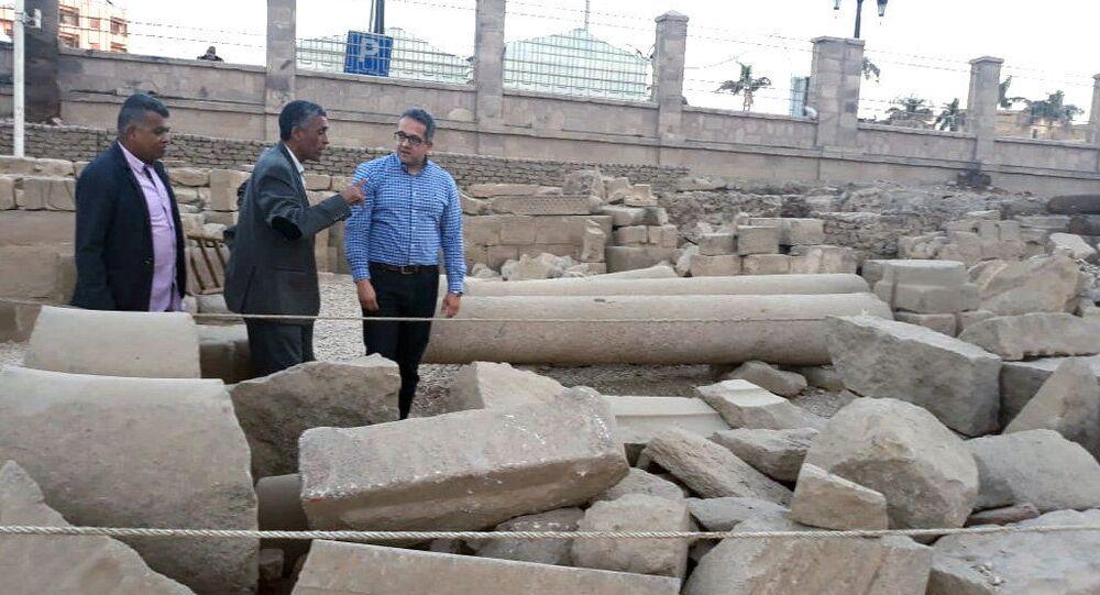 Ministro de Antiguidades, Khaled al-Anani, durante escavações arqueológicas na proximidade da cidade de Luxor, no sul do Egito