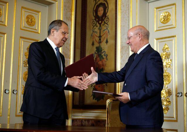 Chanceler russo Sergei Lavrov e seu homólogo português Augusto Santos Silva apertam mãos após negociações realizadas em Lisboa, em 24 de novembro de 2018