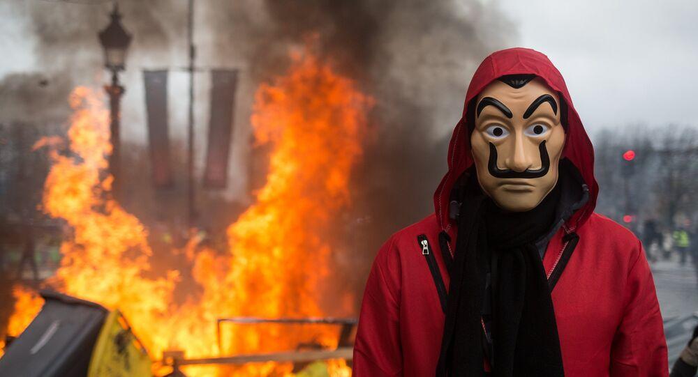 Ações de protesto maciços contra aumento de preços do combustível em Paris, em 24 de novembro de 2018
