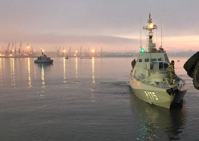 Navio Berdyansk detido pela guarda fronteiriça russa, estacionado no porto de Kerch