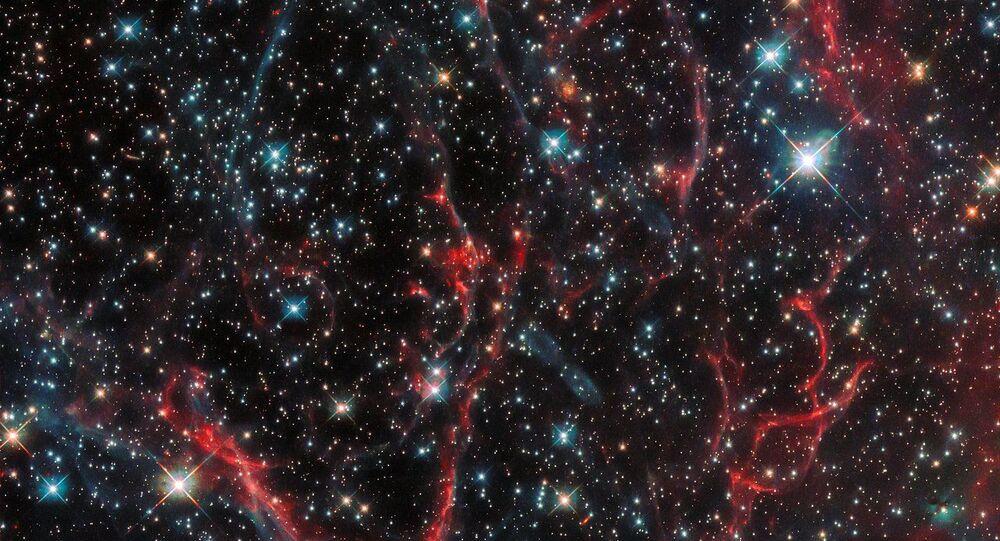 Nebulosa criada após a morte da supernova SNR 0454-67.2, que acabou sua vida em uma poderosa explosão, lançando seus vestígios ao espaço. A imagem foi tirada pela sonda Hubble