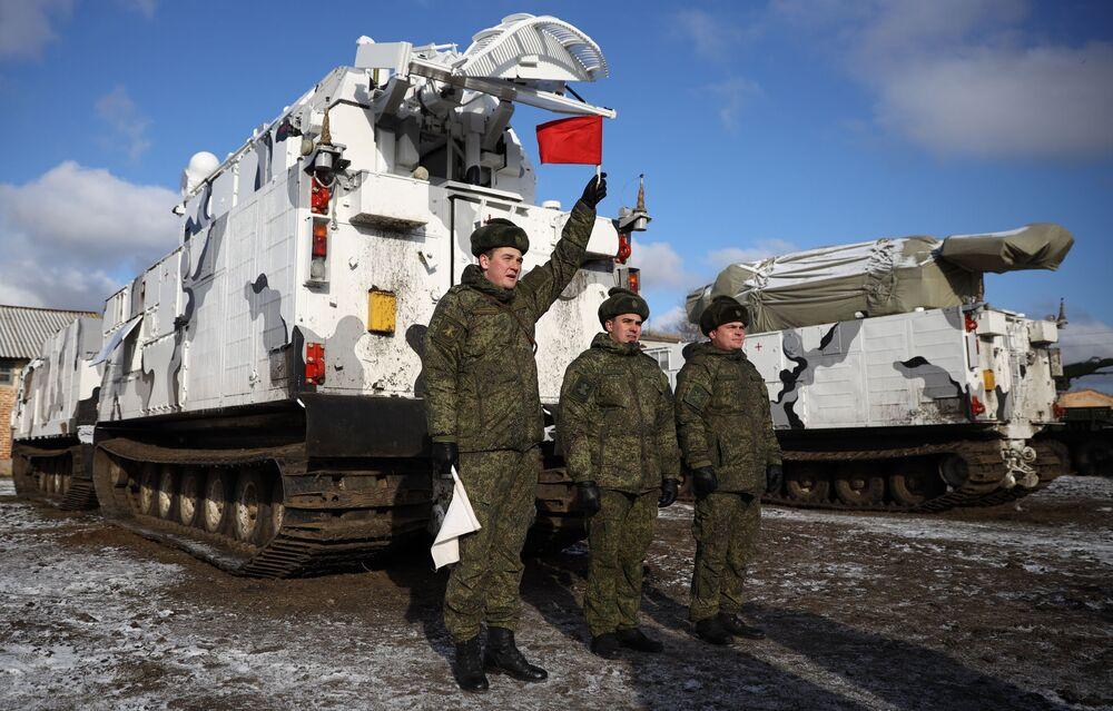 Sistemas árticos de mísseis antiaéreos Tor-M2DT durante a cerimônia solene de entrega ao 726º centro de formação de defesa antiaérea da Frota do Norte da Marinha russa