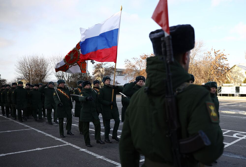 Militares russos durante a cerimônia solene de entrega dos sistemas Tor-M2DT ao 726º centro de formação de defesa antiaérea da Frota do Norte da Marinha russa