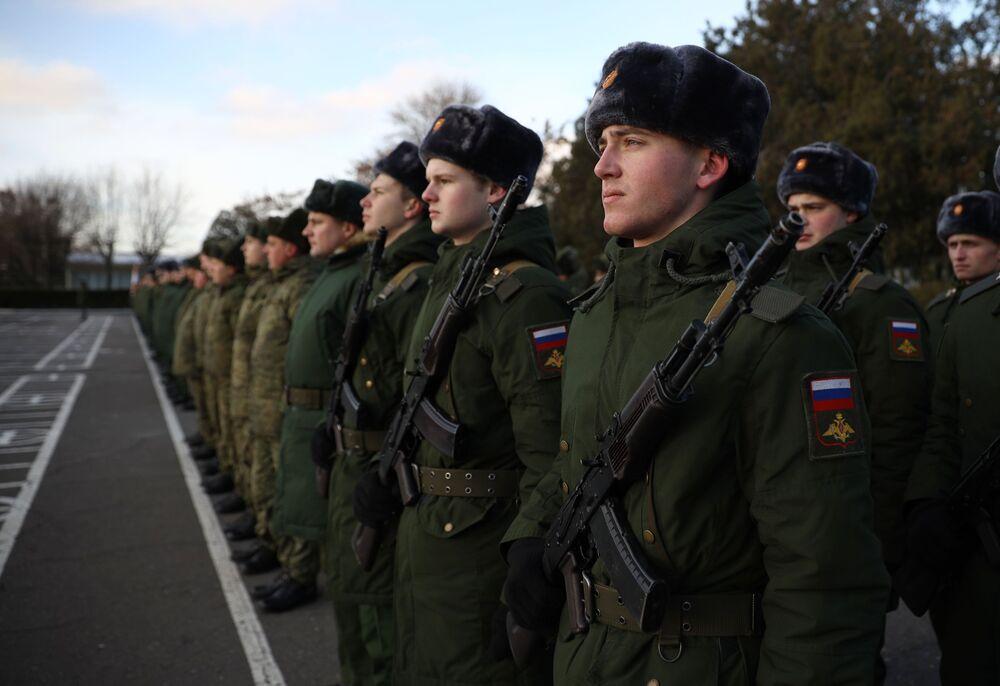 Militares russos se alinham na formatura durante a cerimônia solene de entrega dos sistemas Tor-M2DT à Frota do Norte da Marinha russa