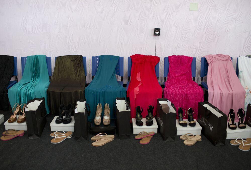 Vestidos e sapatos são usados por presidiárias que competem no 13º concurso anual de beleza Miss Talavera Bruce, homônimo da prisão feminina no oeste do Rio de Janeiro, Brasil