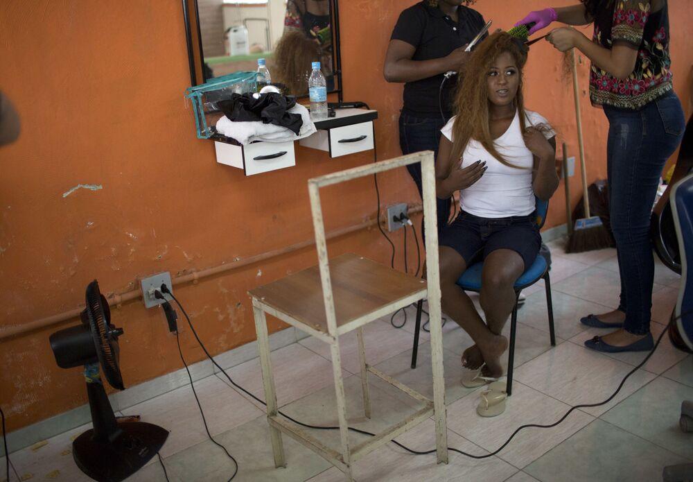 Detentas se preparam para participar do 13º concurso anual de beleza Miss Talavera Bruce, na prisão feminina de Talavera Bruce, no Rio de Janeiro, Brasil, 4 de dezembro de 2018
