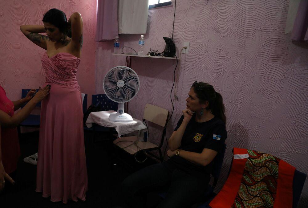 Mayana Rosa Alves, prepara-se para o concurso de beleza Garota TB, organizado na Penitenciária Talavera Bruce, Rio de Janeiro (Brasil), em 4 de dezembro de 2018