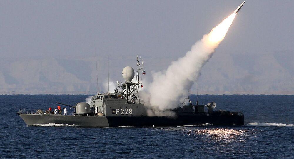 Marinha iraniana dispara um míssil Mehrab durante os exercícios de guerra naval Velayat-90 no Estreito de Hormuz, no sul do Irã (arquivo)