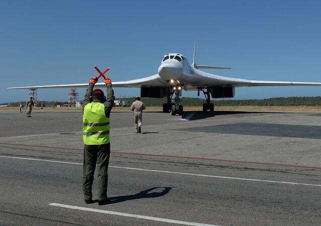 Bombardeiro Tu-160 depois de pousar no Aeroporto Internacional Simón Bolívar, na Venezuela
