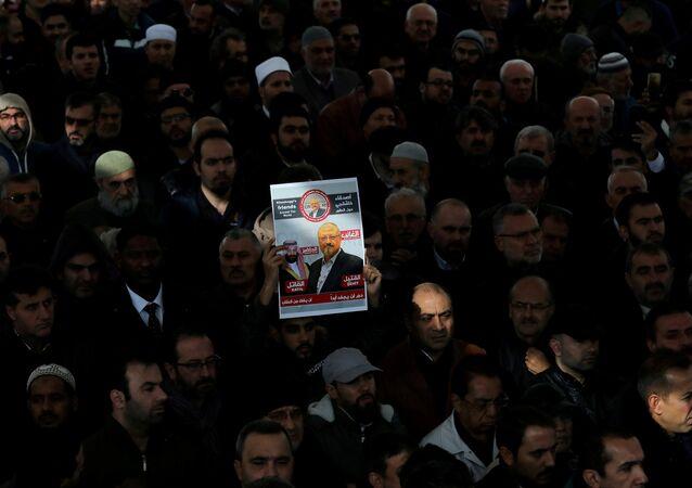 Ativistas com uma foto do jornalista saudita, Jamal Khashoggi