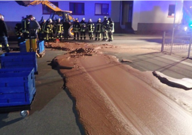 Chocolate escapa de uma fábria em Werl, na Alemanha, e invade as ruas da cidade.