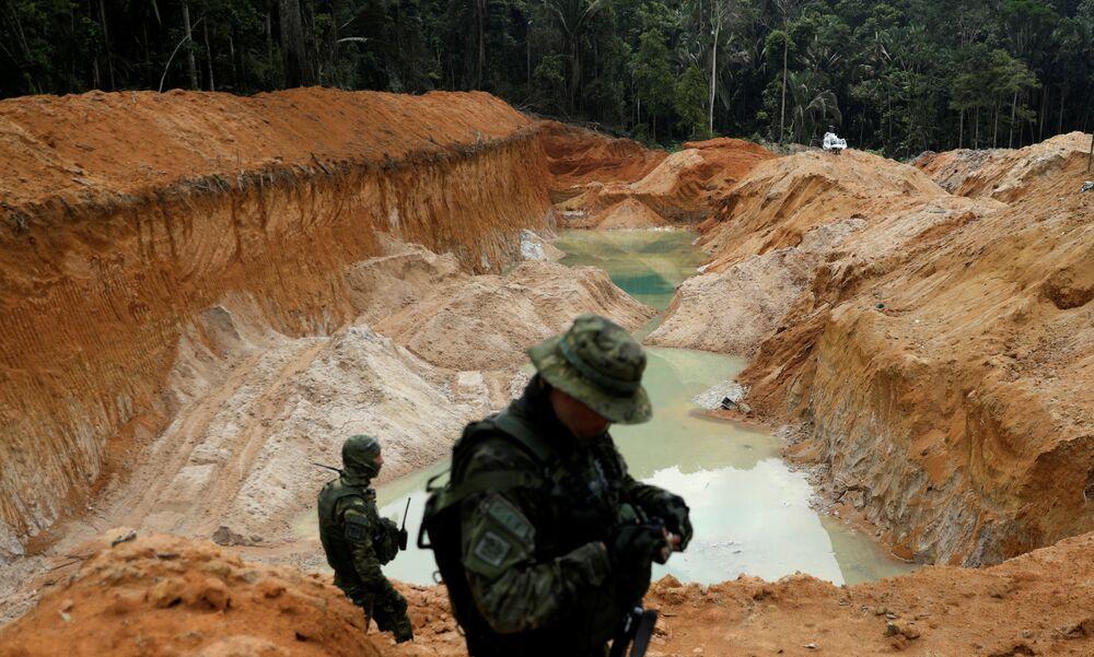 Mina de cassiterita ilegal sendo patrulhada por agentes do Ibama, no sudeste do estado do Pará, Brasil, 4 de novembro de 2018