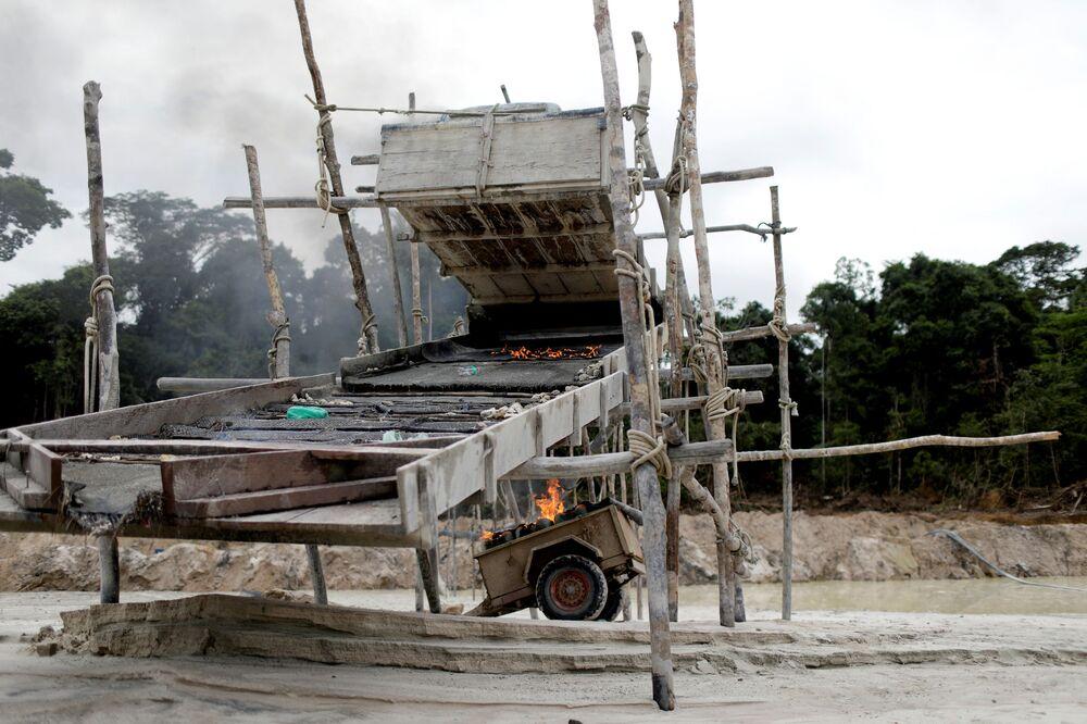 Máquinas sendo destruídas em mina ilegal de ouro durante operação conduzida por agentes do Ibama, em parques nacionais próximos ao município de Novo Progresso, Pará, Brasil, 5 de novembro de 2018