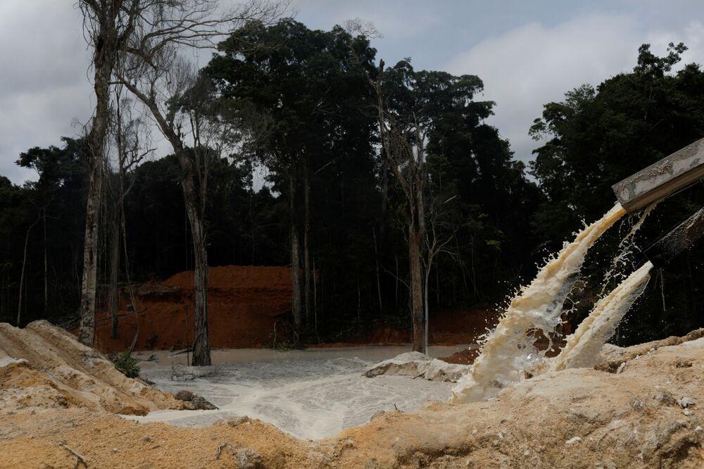 Instituto Brasileiro do Meio Ambiente e dos Recursos Naturais Renováveis (Ibama) conduz operação em mina ilegal de ouro perto do município paraense de Novo Progresso, 4 de novembro de 2018