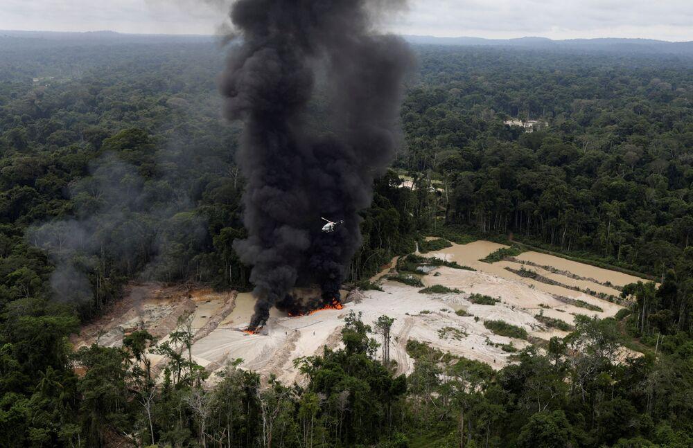 Vista aérea da mina ilegal de cassiterita, localizada no sudeste do estado do Pará, em que mostra máquinas sendo destruídas por agentes do ibama, em 5 de novembro de 2018