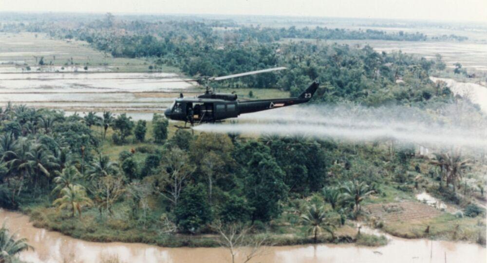 Helicóptero do exército dos EUA pulveriza o agente laranja sobre campos vietnamitas.
