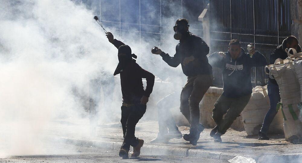 Manifestantes palestinos durante conflito com tropas israelenses na Cisjordânia (arquivo)