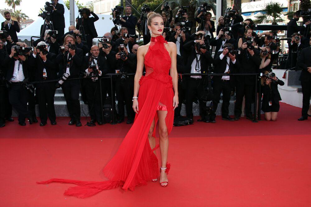 Modelo Rosie Huntington-Whiteley posa no tapete vermelho durante o Festival de Cannes 2018