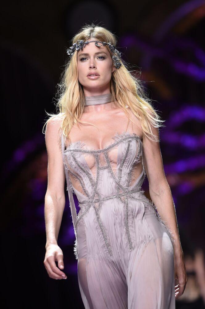 Supermodelo holandesa Doutzen Kroes durante o desfile Atelier Versace