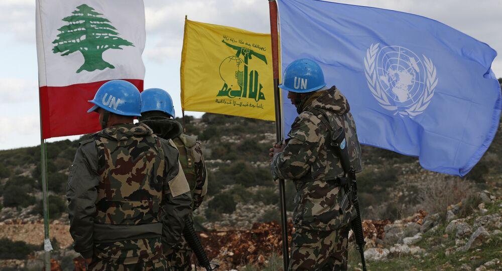 Forças de paz da ONU mantêm suas bandeiras em pé ao lado das bandeiras do Hezbollah e do Líbano nos locais onde escavadores israelenses estão trabalhando.