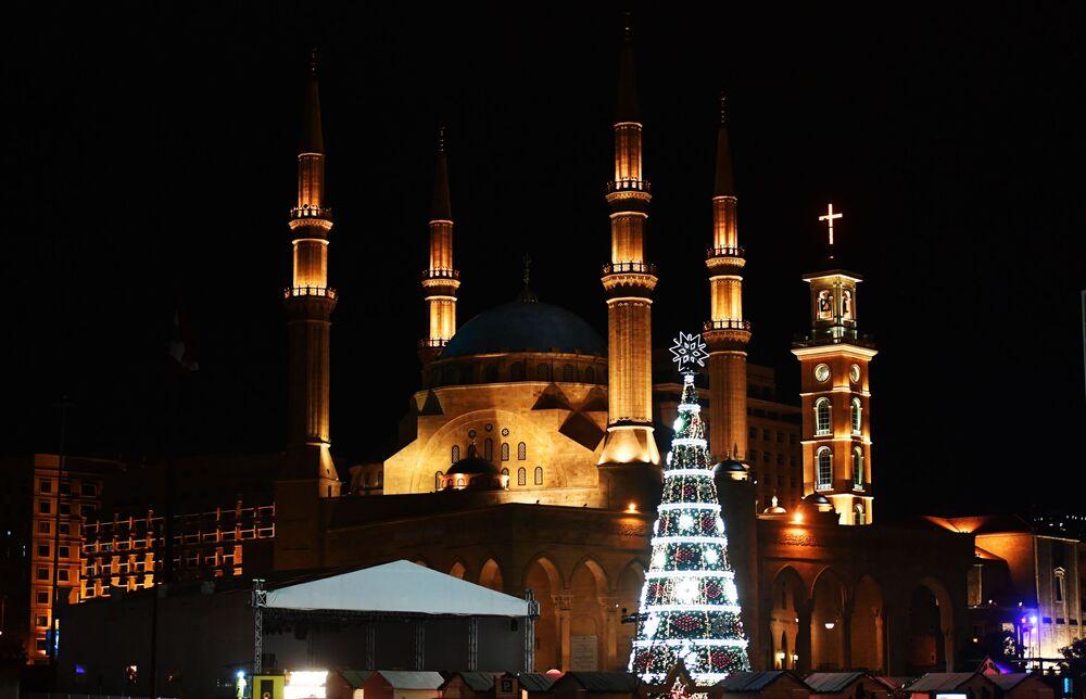 Árvore de Natal em uma rua de Beirute