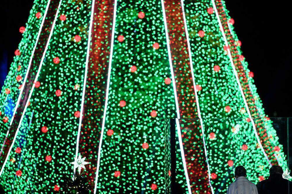 Presidente dos EUA, Donald Trump, e a primeira-dama, Melania Trump, durante iluminação da árvore de natal em Washington