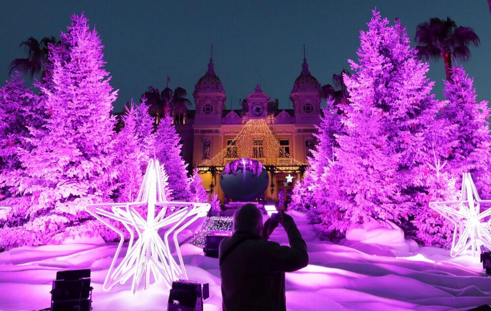 Árvore de Natal no cassino de Monte Carlo em Mônaco