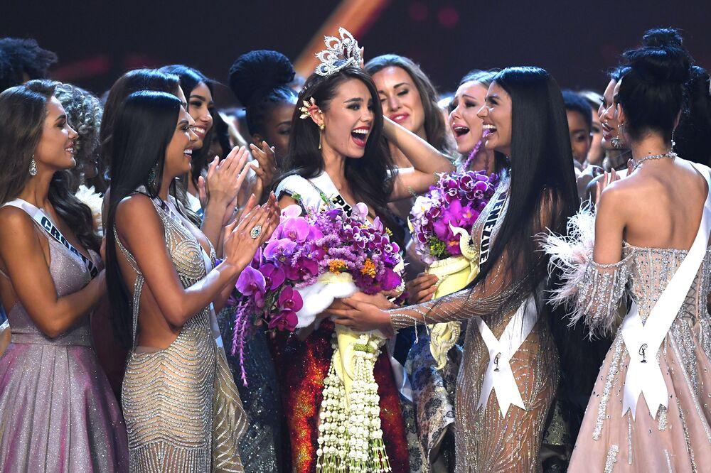 Catriona Grey das Filipinas é felicitada pelas concorrentes após ganhar o Miss Universo 2018, em Bangkok, 17 de dezembro de 2018