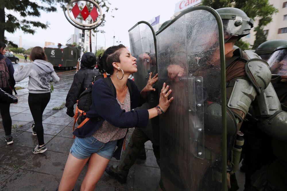 Ativista indígena tenta impedir policiais durante protesto exigindo justiça para Camilo Catrillanca, um indígena mapuche que foi baleado na cabeça durante operação policial em Santiago, Chile, 14 de dezembro de 2018