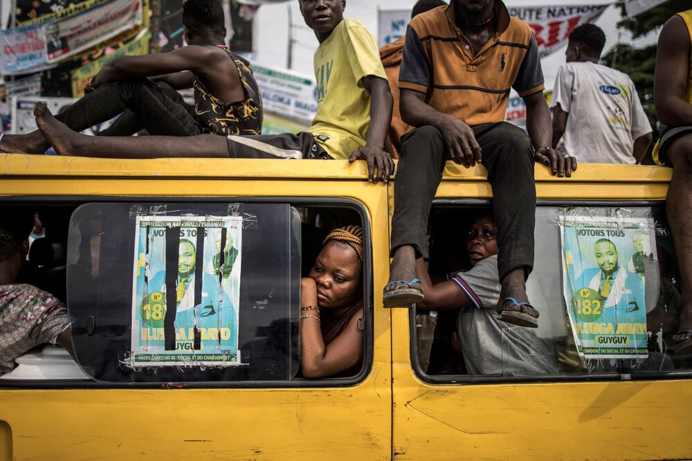 Passageiros de ônibus observando os defensores do líder da oposição Martin Fayulu, durante manifestação no Congo, 19 de dezembro de 2018