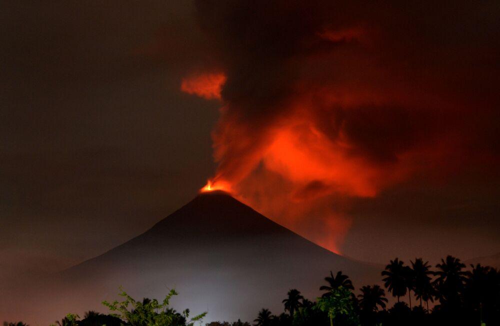 Vulcão Soputan cospe lava e cinzas durante erupção vista de vila em Minahasa, na ilha de Sulawesi, Indonésia, 16 de dezembro de 2018