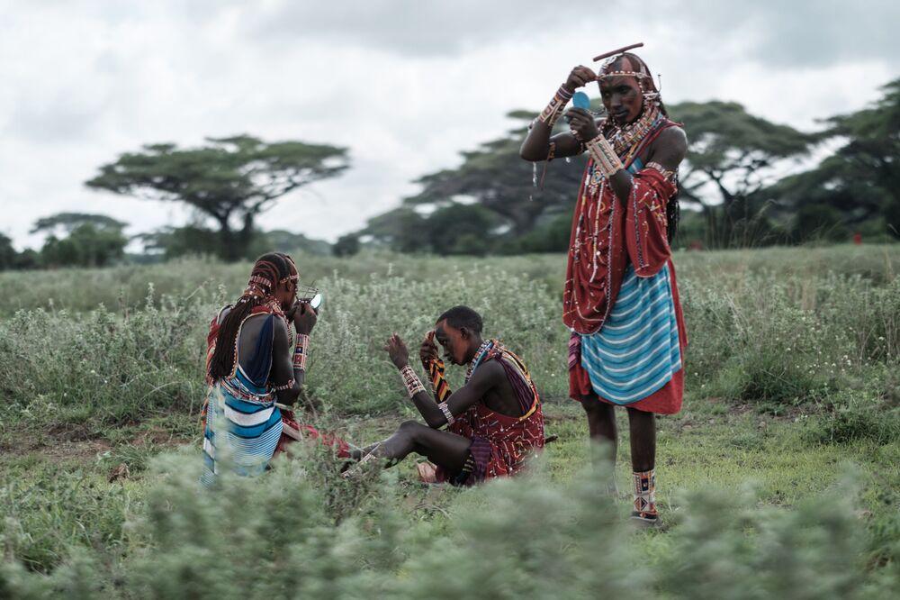 Guerreiros masai se preparam para competições esportivas na fronteira do Quênia e da Tanzânia, 15 de dezembro de 2018