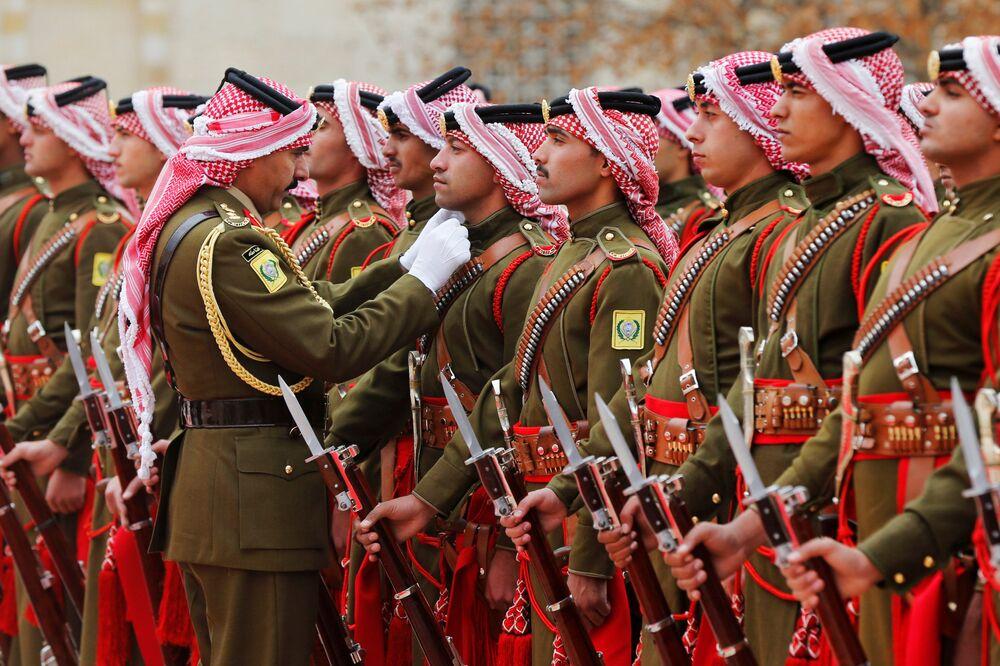 Guarda de honra beduínos jordanianos se preparando para a chegada do presidente da Bulgária, Rumen Radev, na Jordânia